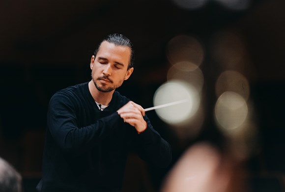 Thomas Jung conducts music by Mozart, Part and Beethoven